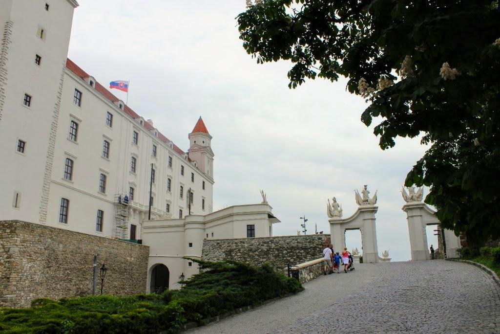 Bratislava Burg: Von hier genießt Mann einen herrlichen Ausblick über die Stadt und die Donau