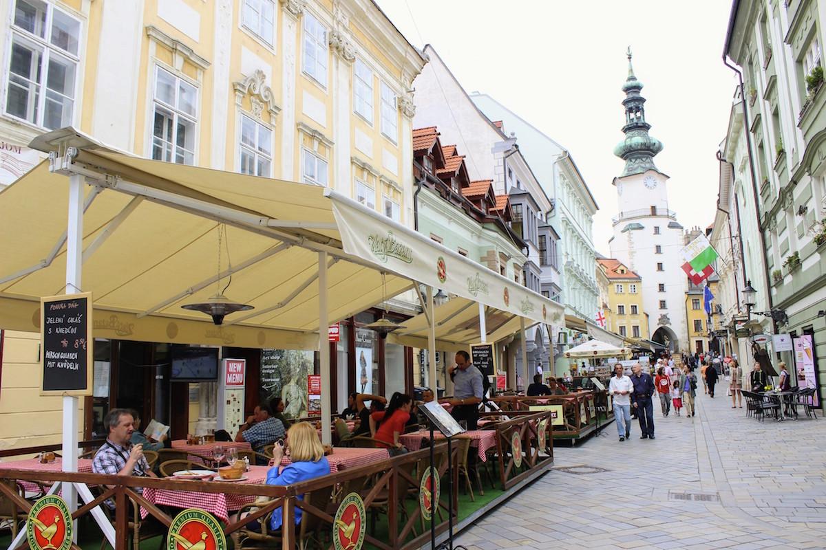 In der Fußgängerzone von Bratislava findet Ihr viele leckere Restaurants mit einheimischer Küche