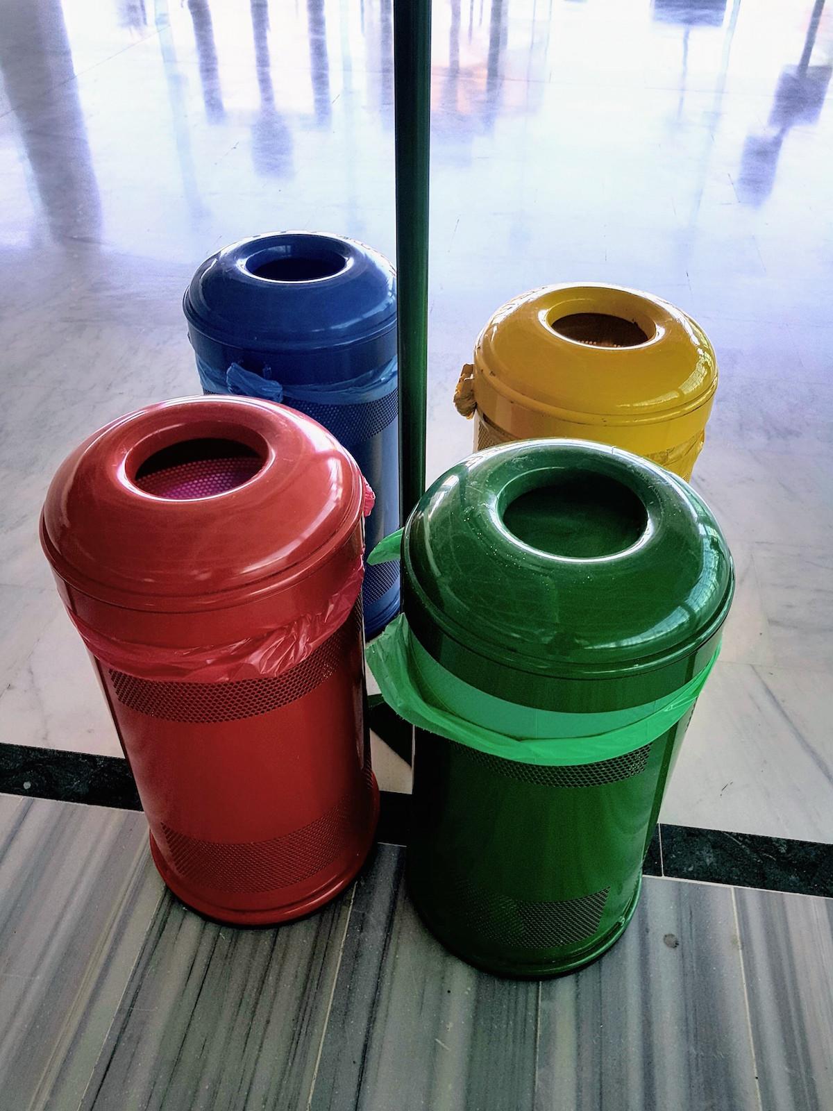 Bunte Mülleimer am Flughafen auf Fuerteventura