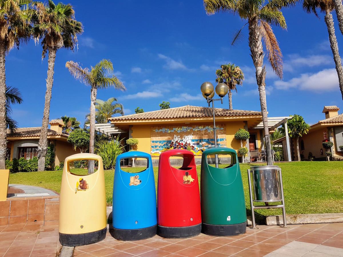 Bunte Mülleimer auf Gran Canaria im Hotel Dunas Suites & Villas