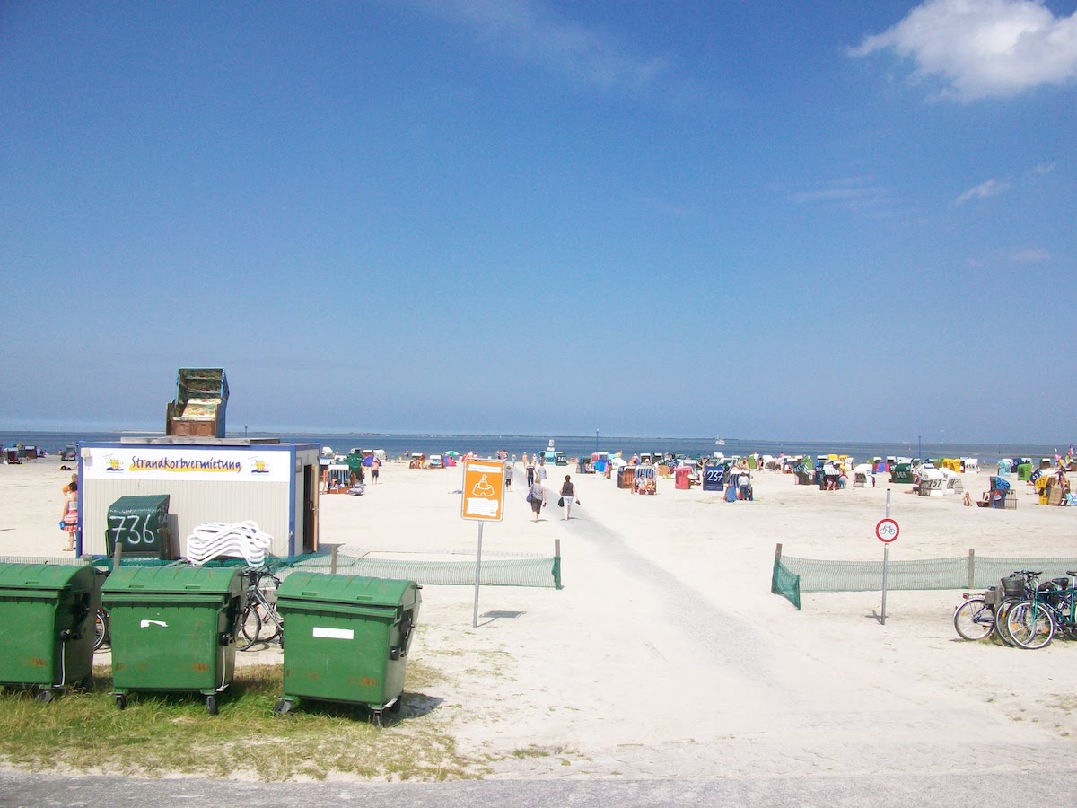Müllcontainer an der Nordsee: Strand von Neuharlingersiel