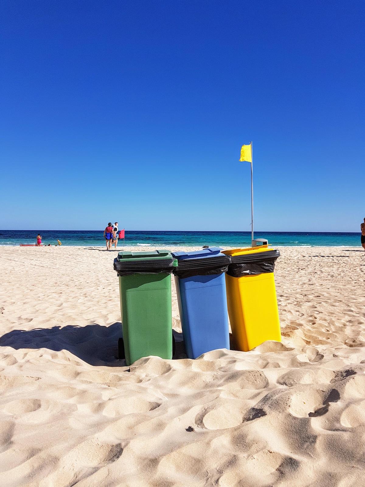 Farbige Mülltonnen am Strand von Corralejo, Fuerteventura