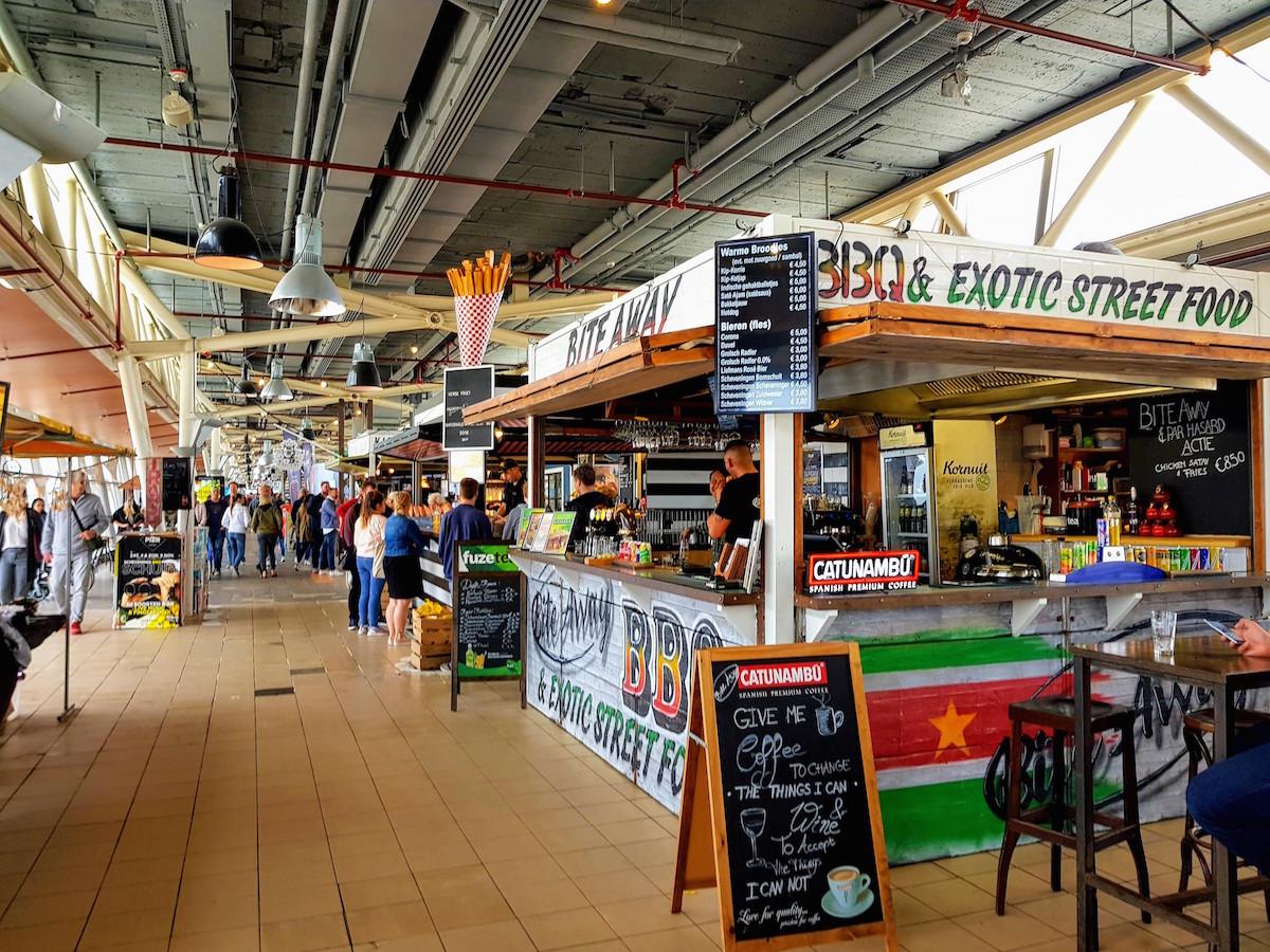 Der Pier am Strand von Scheveningen bietet viele Möglichkeiten zum Essen, Trinken und Spaß haben