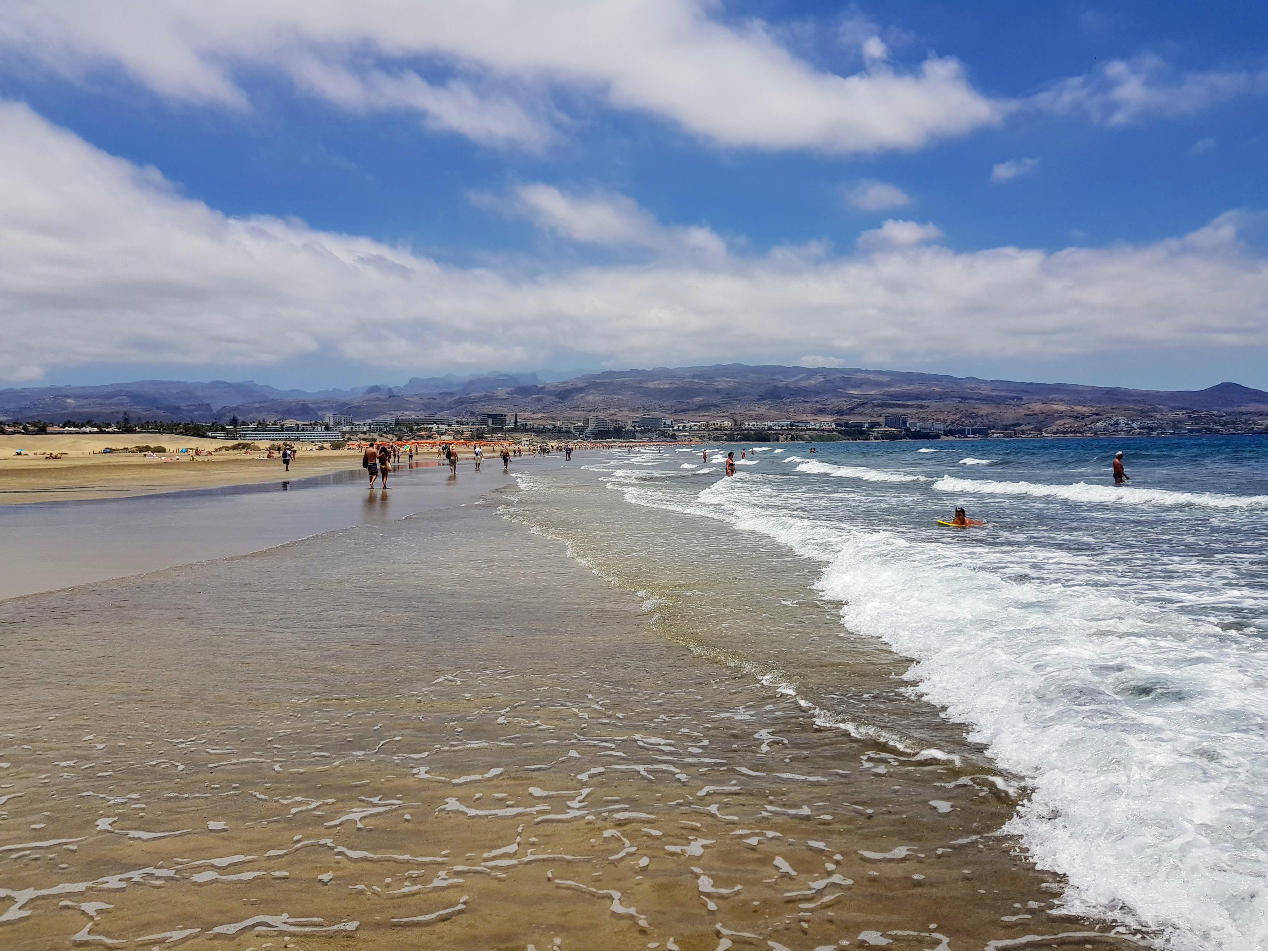 Gayreisen Playa del Ingles: Blick vom Strand auf die Berge