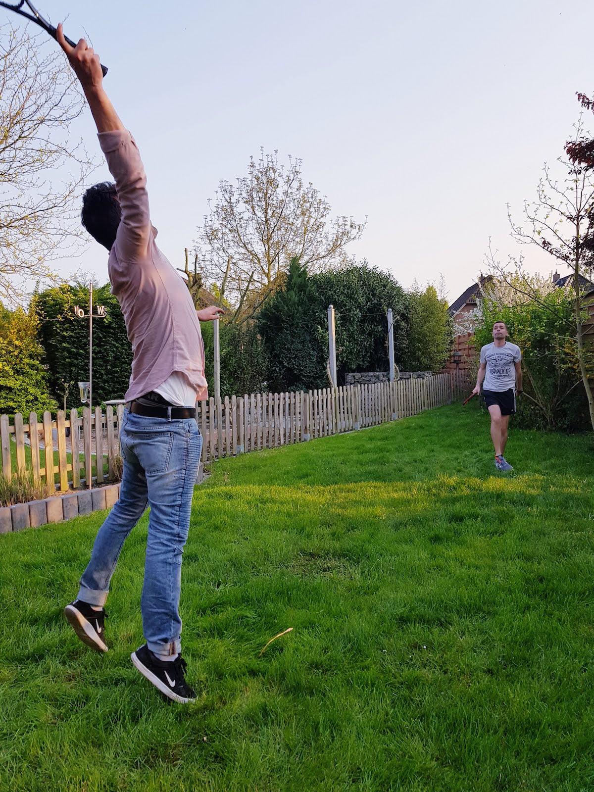 Federball spielen im Garten