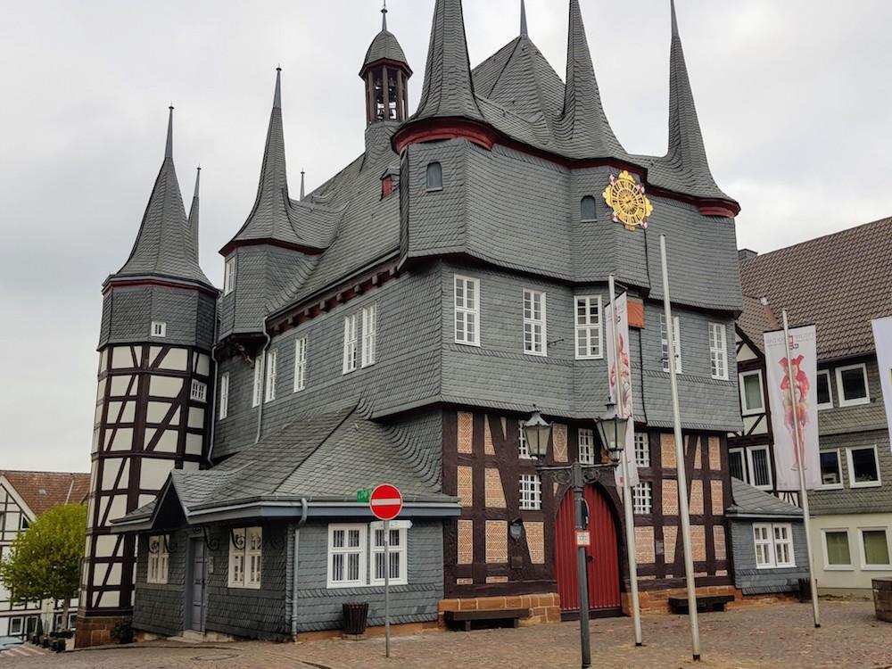 Das historische Rathaus von Frankenberg direkt neben dem Hotel