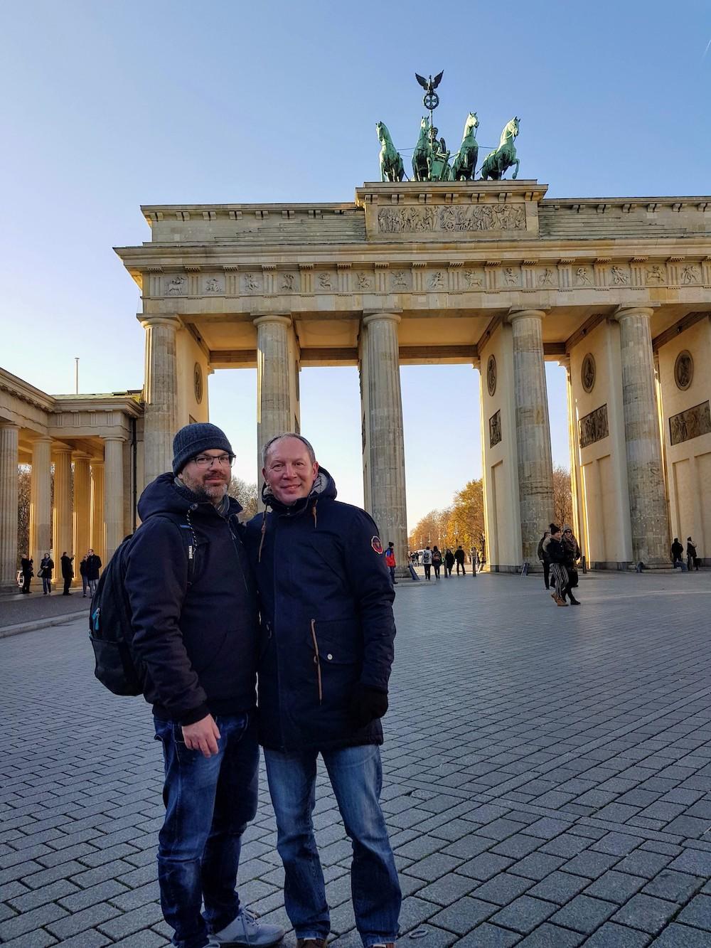 Zwei Reiseblogger vor dem Brandenburger Tor in Berlin