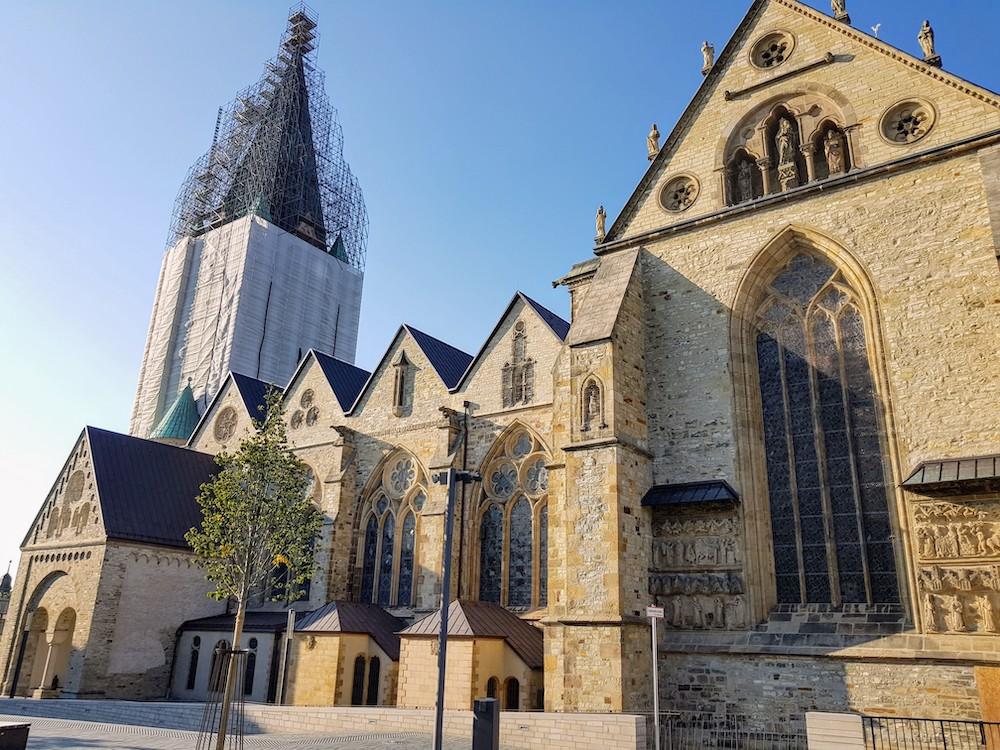 Der Paderborner Dom war bei meinem Besuch von einem mächtigen Gerüst eingekleidet