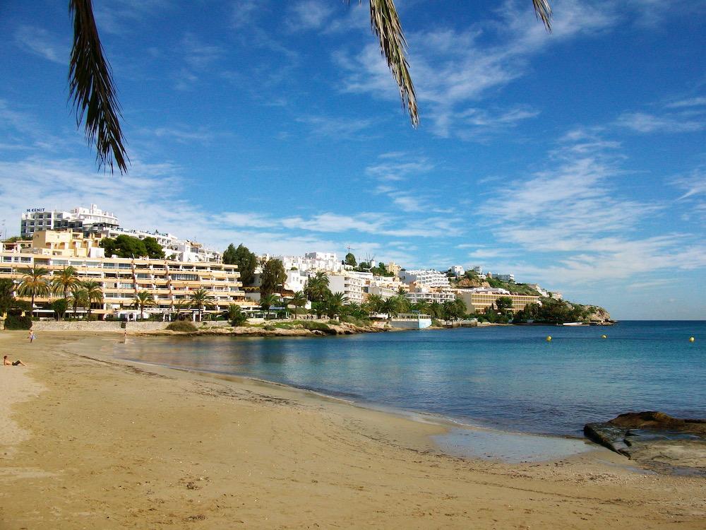 Viele gay-friendly Hotels auf Ibiza befinden sich am Figueretas Strand nahe des Stadtzentrums
