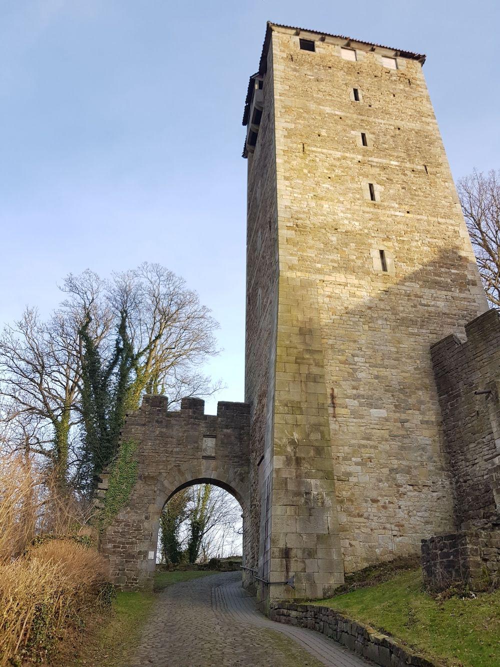 Der mächtige Bergfried der Schaumburg thront hoch über dem Weserbergland