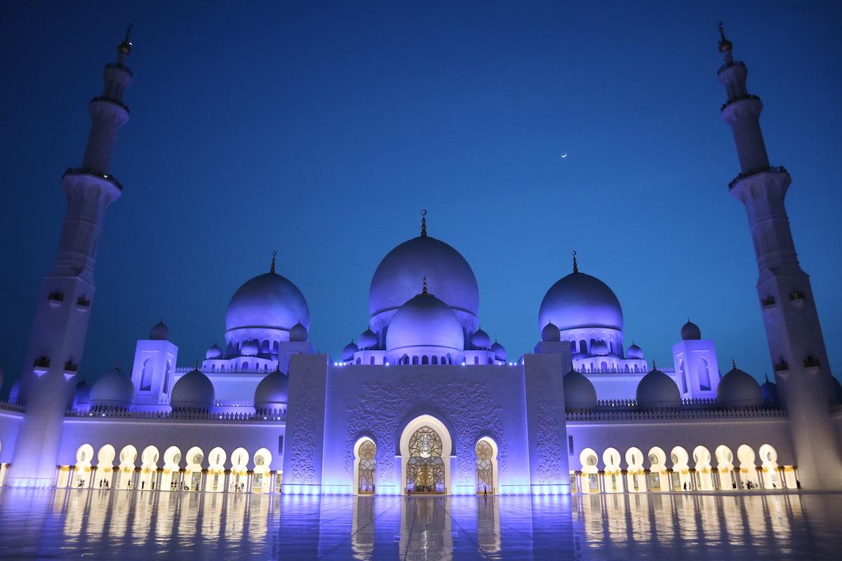 Bei Dunkelheit wird die Moschee wunderschön beleuchtet