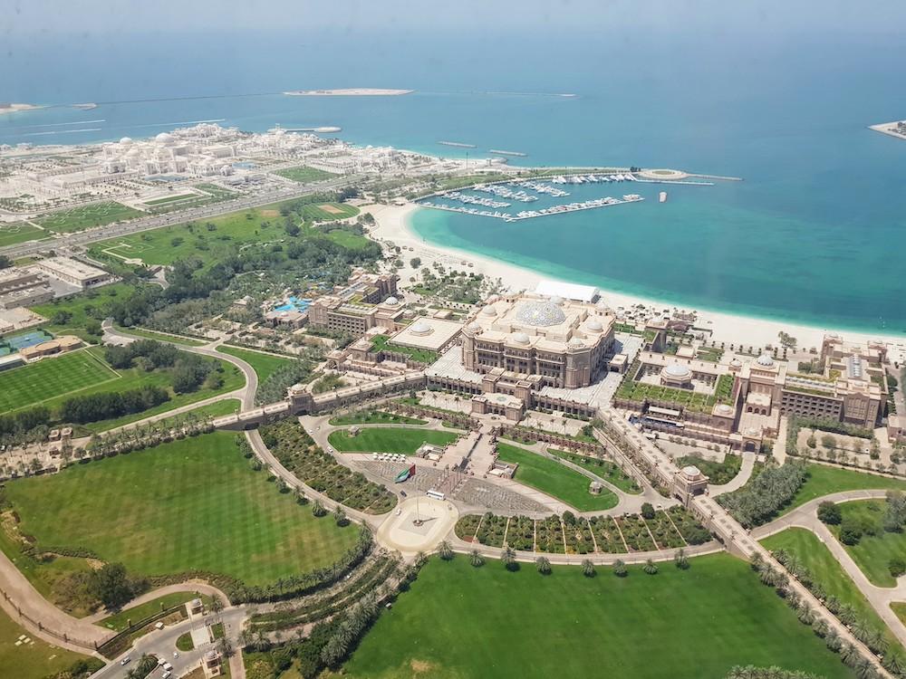 Blick auf Emirates Palace Hotel und Präsidentenpalast in Abu Dhabi