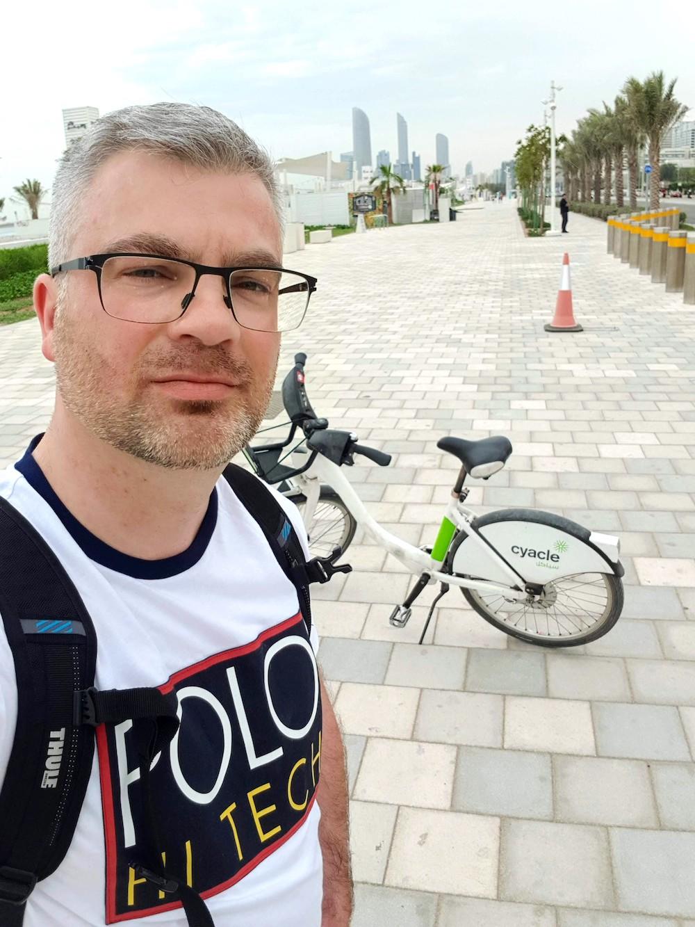 Als Radfahrer in Abu Dhabi unterwegs