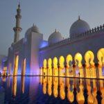 Die Scheich-Zayid-Moschee wird nachts beleuchtet