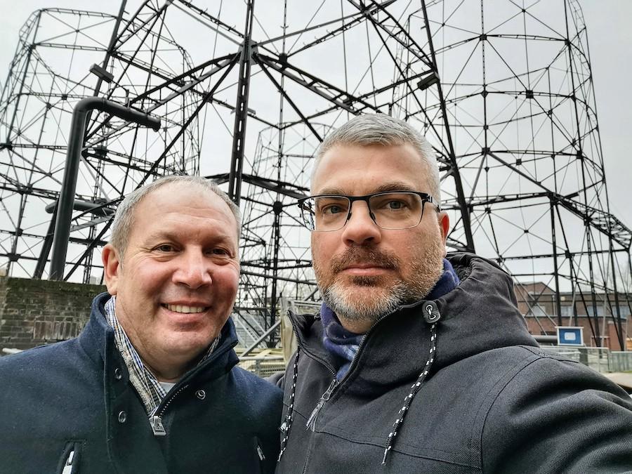 Zwei Gays besichtigen die Kokerei Hansa in Dortmund