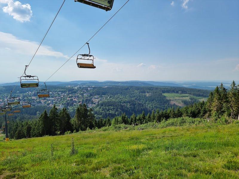 Mit dem Sesselift auf den Gipfel des Bocksbergs fahren